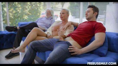FreeUseMILF – Robbin Banx Day Of A Freeuse MILF